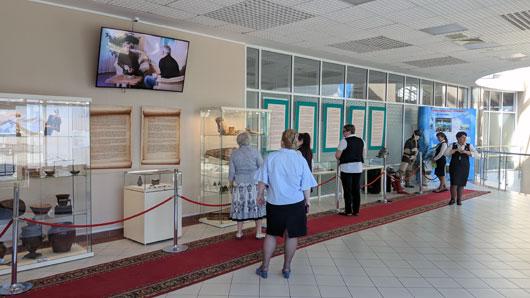 Вылетающие и транзитные пассажиры в аэропорту г. Ханты-Мансийск во время ожидания своего рейса теперь могут приобщиться к древней истории Югры